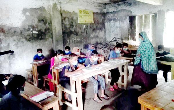 বিদ্যালয় খুললেও ভবন ধ্বসের আতঙ্ক নিয়ে ক্লাস করছে শিশু শিক্ষার্থীরা